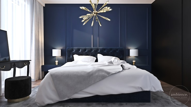 Niskobudżetowo z granatowym akcentem: styl , w kategorii Sypialnia zaprojektowany przez Ambience. Interior Design