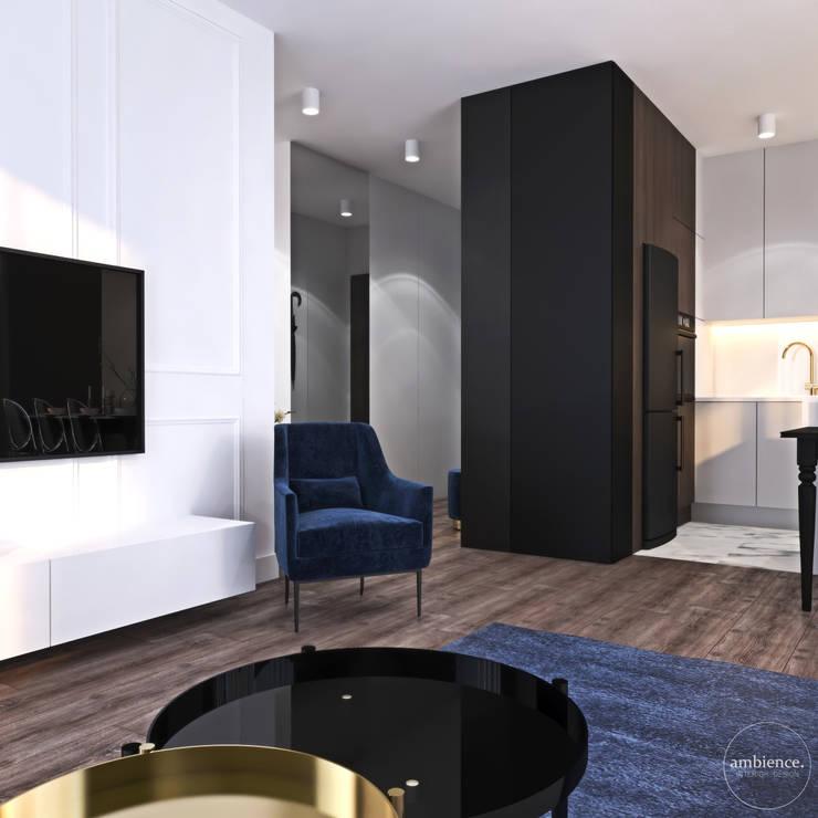 Niskobudżetowo z granatowym akcentem: styl , w kategorii Salon zaprojektowany przez Ambience. Interior Design