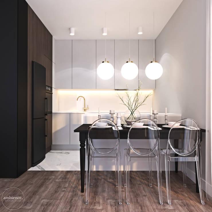 Niskobudżetowo z granatowym akcentem: styl , w kategorii Kuchnia zaprojektowany przez Ambience. Interior Design