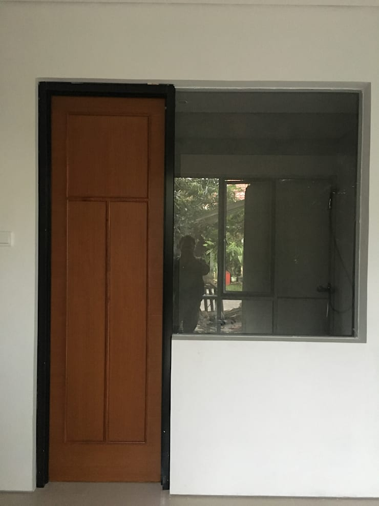 Komplek Bougenville Antapani Bandung:  Pintu by indra firmansyah architects