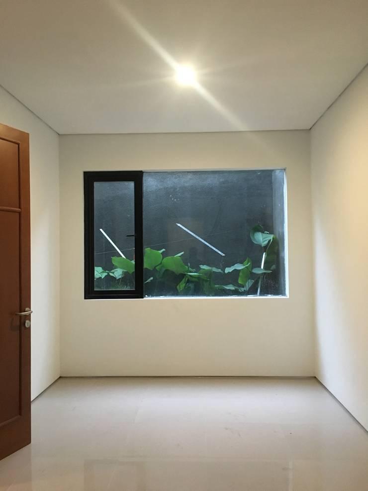 Kamar Tidur 1:  Kamar tidur kecil by indra firmansyah architects
