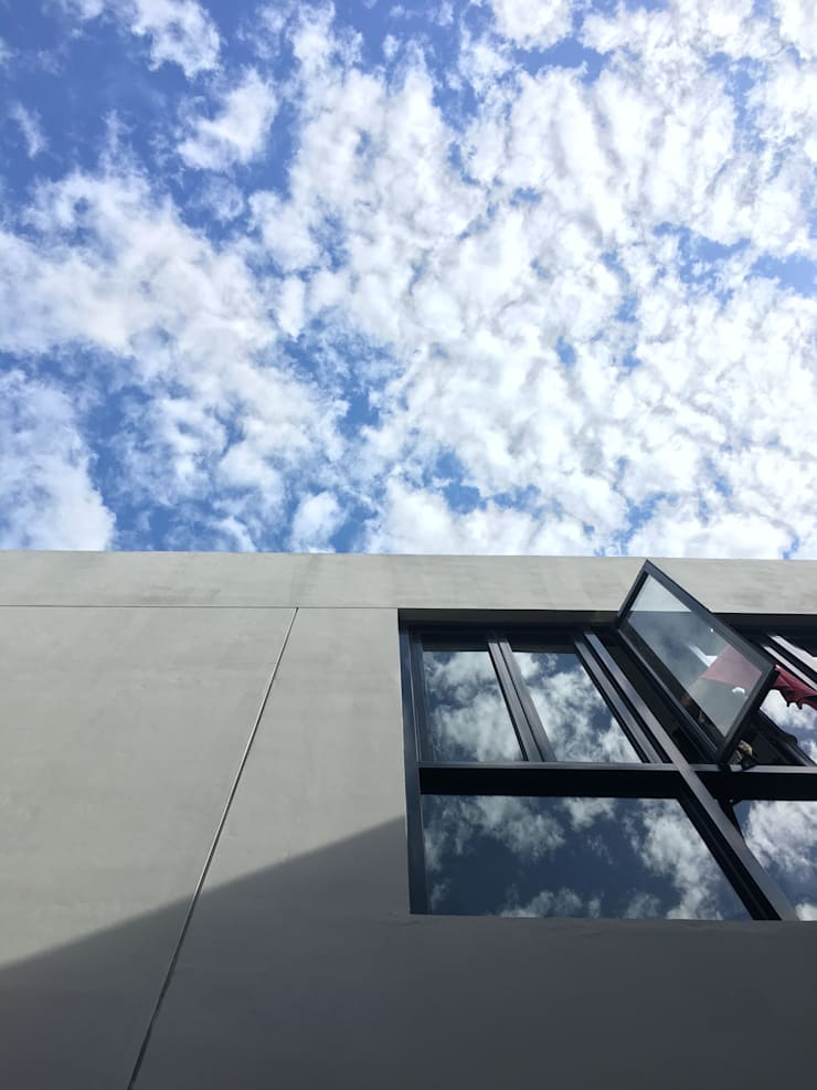 Komplek Bougenville Antapani Bandung:  Dinding by indra firmansyah architects