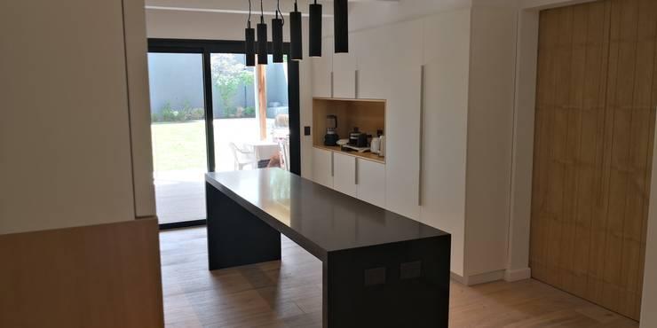 Cocina casa Punta Chica: Cocinas a medida  de estilo  por German Salas arquitectos,