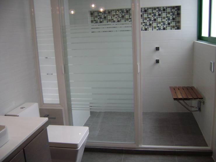 Antes y Despúes Remodelación de Baño : Baños de estilo  por VIVE arquitectura