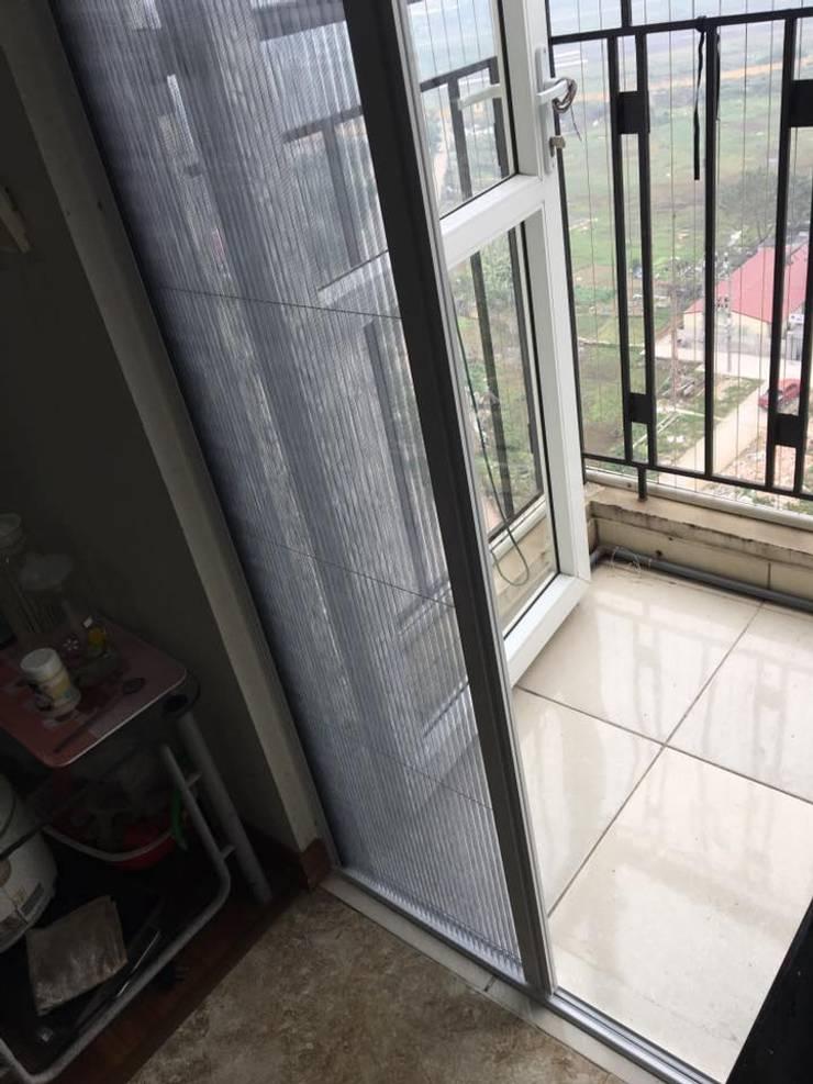 CỬA LƯỚI CHỐNG MUỖI DẠNG LÙA:  Living room by CỬA LƯỚI CHỐNG MUỖI VIỆT NHẬT gọi 0908387444