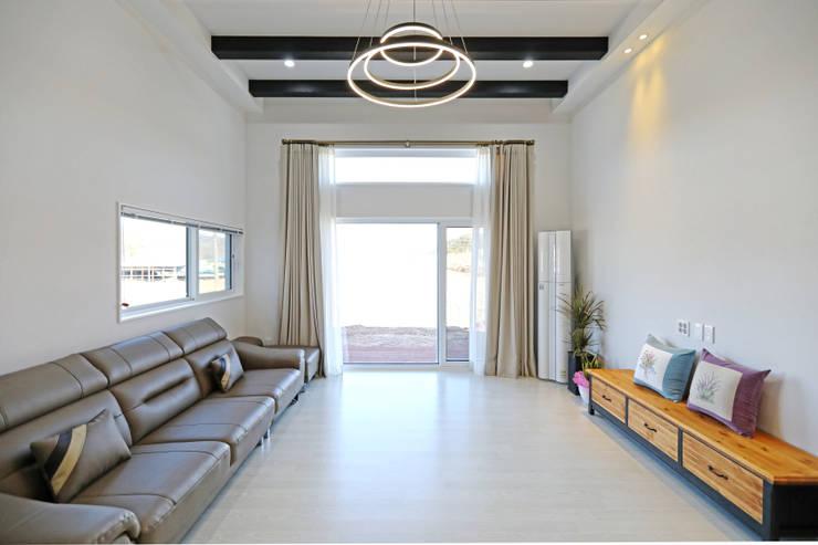거실 공간: 하우스톡의  거실