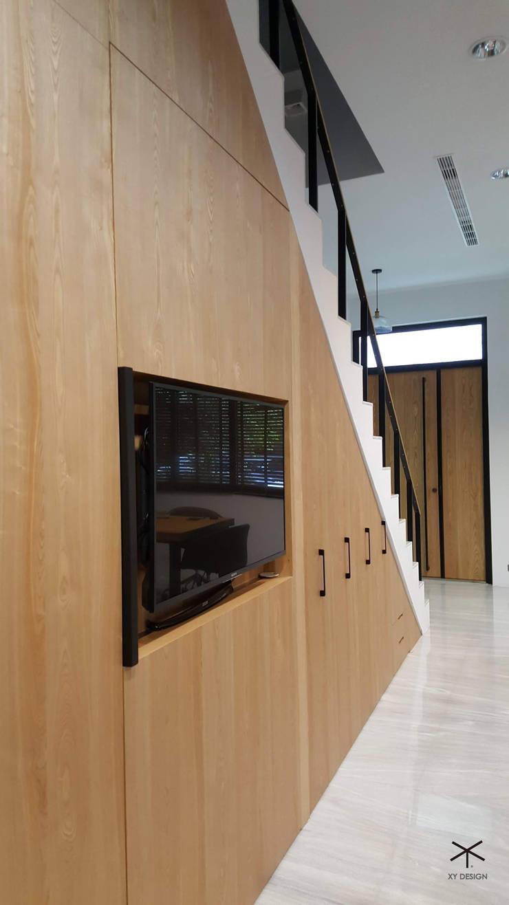 老舊辦公室變身極簡現代風:  玄關、走廊與階梯 by XY DESIGN - XY 設計