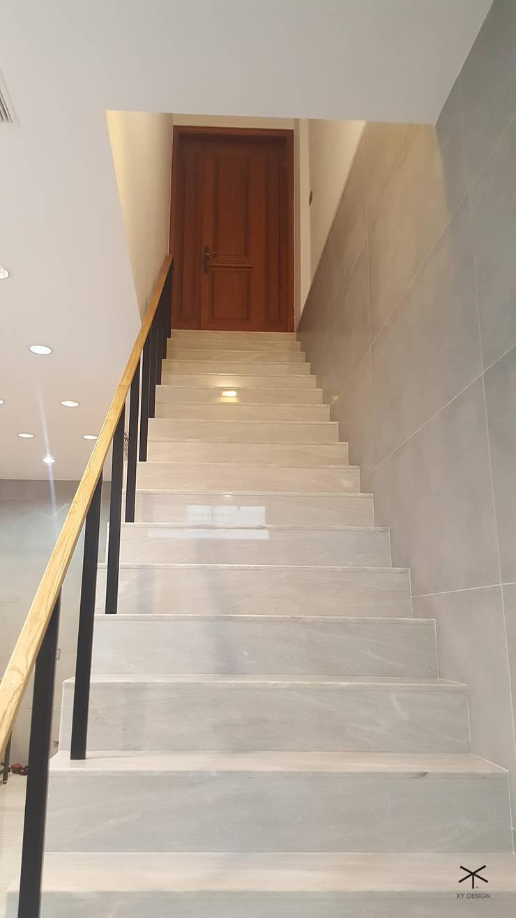 老舊辦公室變身極簡現代風:  樓梯 by XY DESIGN - XY 設計