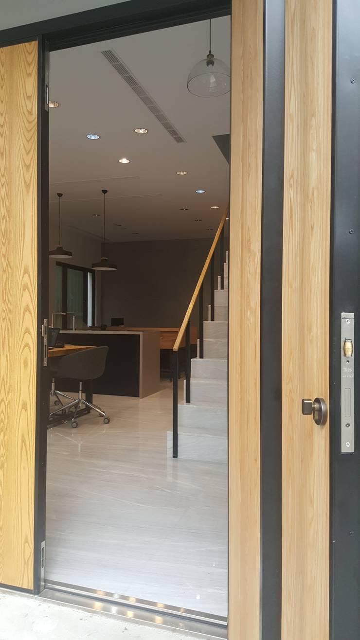 老舊辦公室變身極簡現代風:  辦公空間與店舖 by XY DESIGN - XY 設計