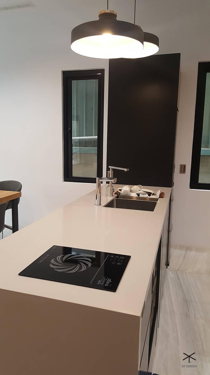 老舊辦公室變身極簡現代風:  小廚房 by XY DESIGN - XY 設計