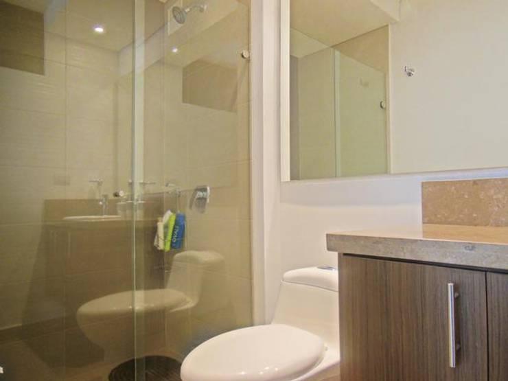 Baño Principal: Baños de estilo  por AlejandroBroker