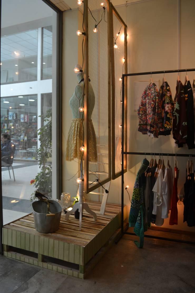 Vitrina: Oficinas y tiendas de estilo  por Estudio Independiente