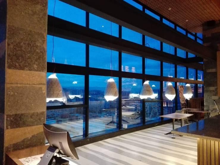 Montaje Luminarias Creps and Wafles : Comedores de estilo  por Design Group S.A.S.,