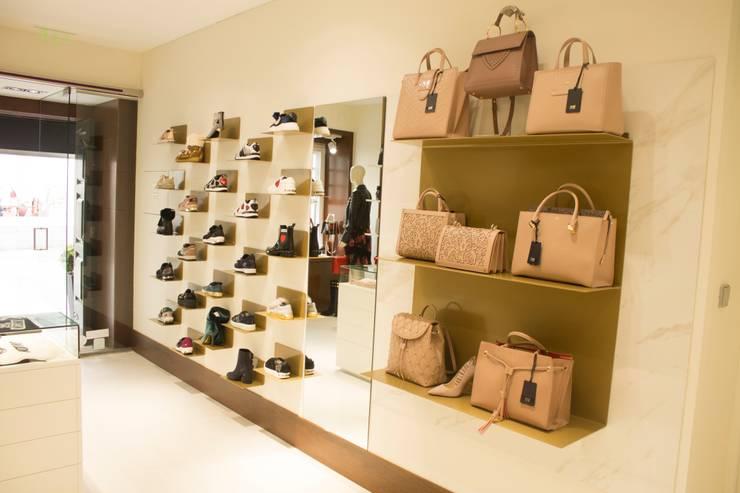ELEMENTOS EXPOSITIVOS : Escritório e loja  por 7eva design  - Arquitectura e Interiores,
