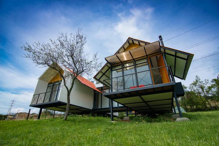Refugio El Rosal: Casas campestres de estilo  por Camacho Estudio de Arquitectura