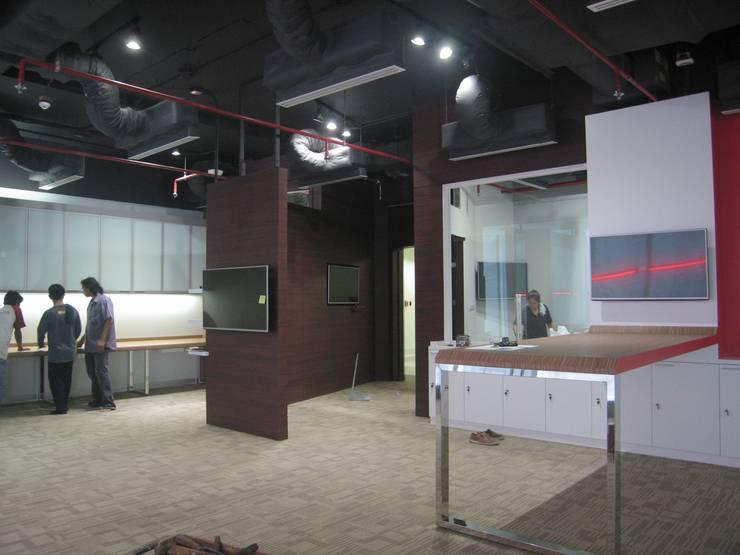 Project : งานออกแบบตกแต่ง สำนักงาน อาคารภิรัชบุรี แอท เอ็มควอเทียร์:  ตกแต่งภายใน by Hip and Classic Design Studio