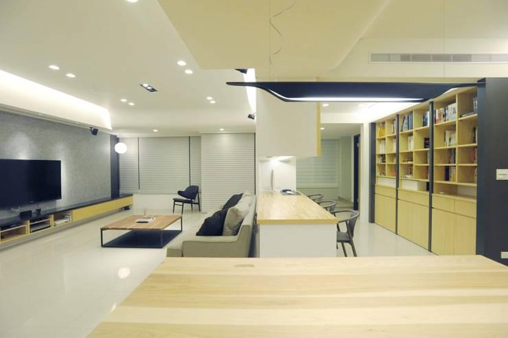 現代簡約風:  書房/辦公室 by 昕益有限公司