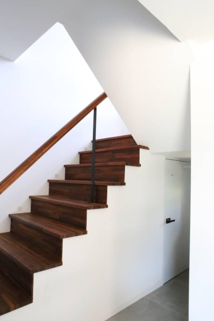 아이들을 위한 정원이있는 전원주택 청어람하우스: 주식회사 큰깃의  계단,