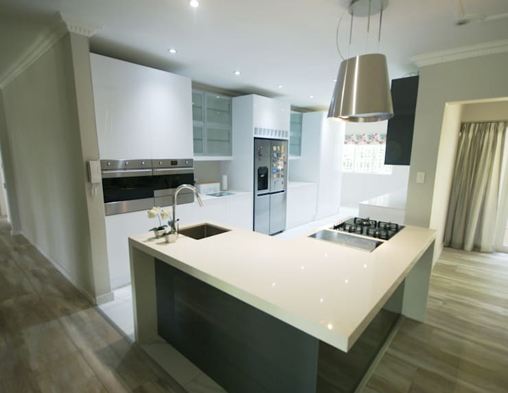 Mixing Glass with High Gloss - Modern & Elegant :   by Signature Kitchens