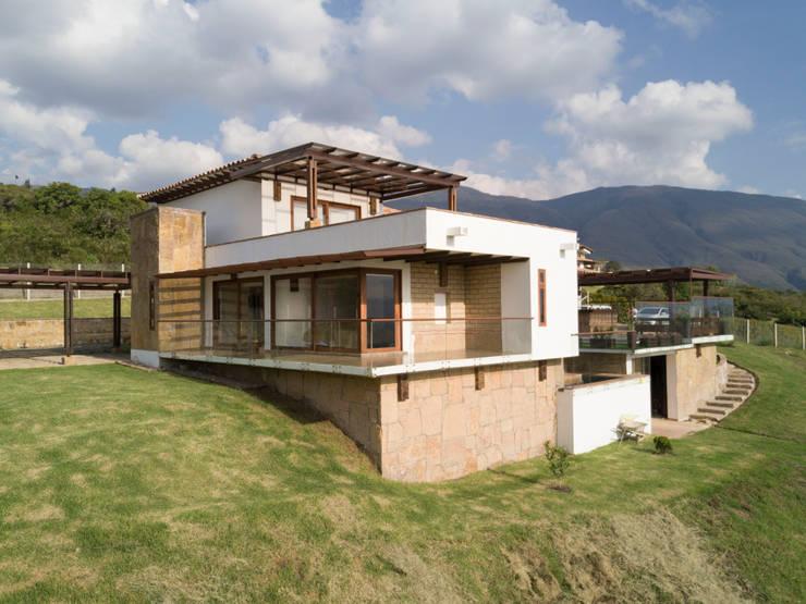 vista de la esquina : Terrazas de estilo  por cesar sierra daza Arquitecto