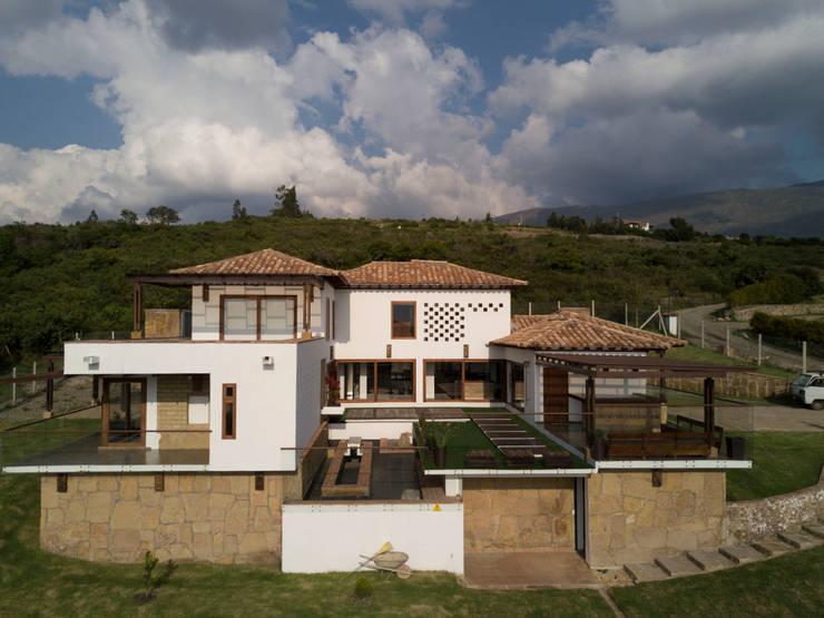 vista general: Casas campestres de estilo  por cesar sierra daza Arquitecto