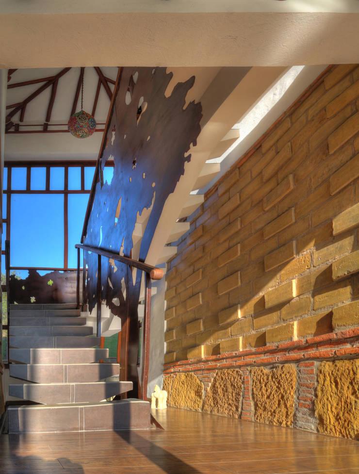 detalle de el hall de la escalera: Escaleras de estilo  por cesar sierra daza Arquitecto