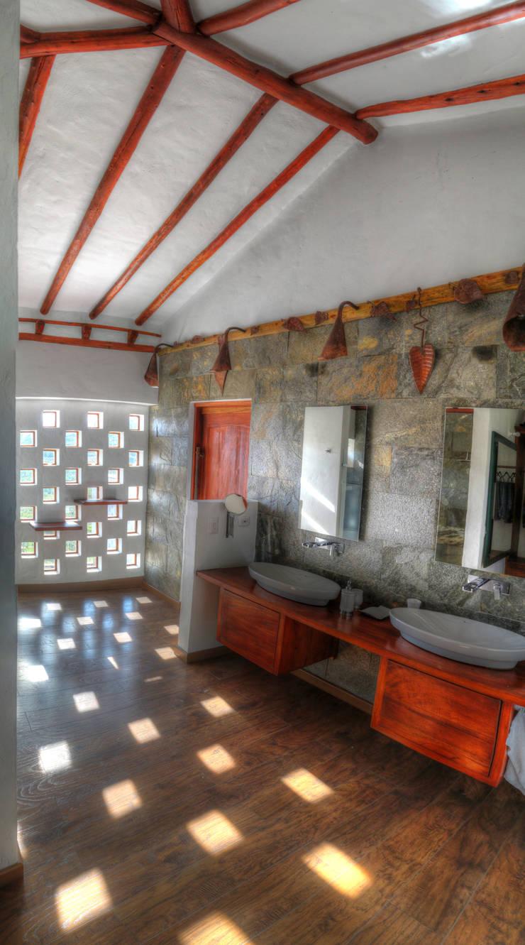 bano de la alcoba principal: Baños de estilo  por cesar sierra daza Arquitecto