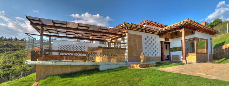 fachada principal y acceso: Casas de estilo  por cesar sierra daza Arquitecto