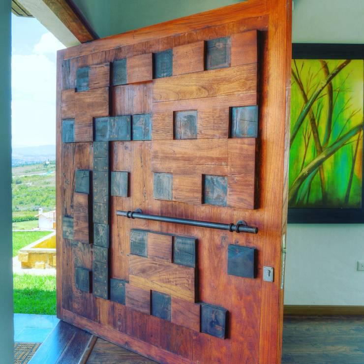 puerta de acceso principal: Puertas de entrada de estilo  por cesar sierra daza Arquitecto