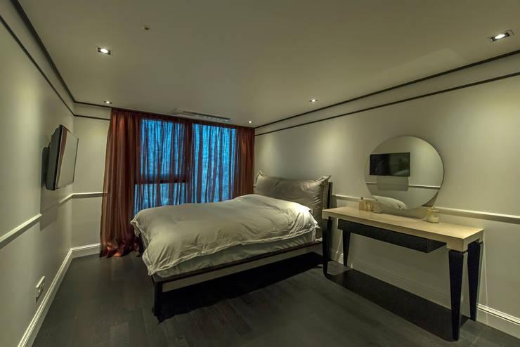 침실: 모노웍스의  벽,