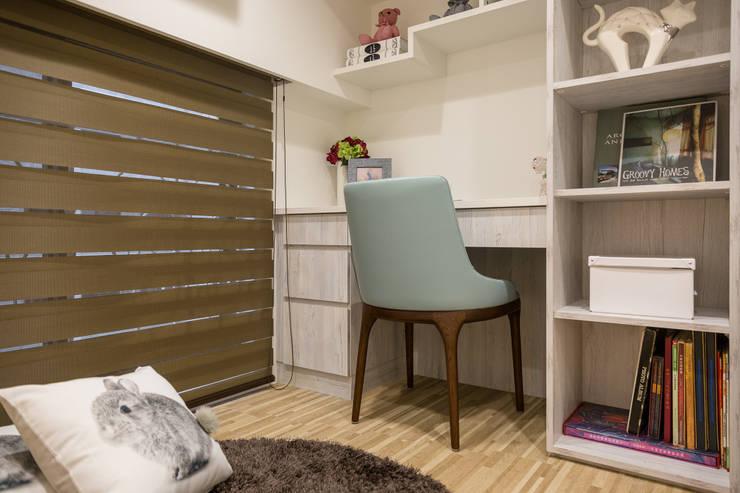 英倫雅致-上河園:  書房/辦公室 by 富亞室內裝修設計工程有限公司
