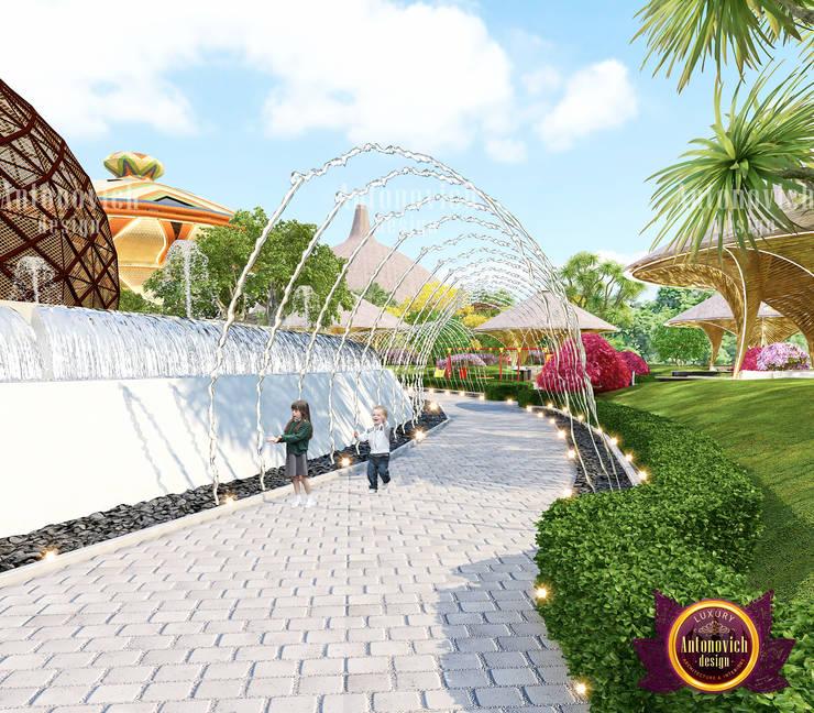 Elegant Exterior Park Design:   by Luxury Antonovich Design