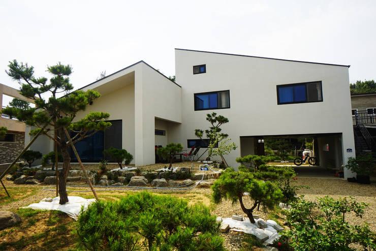 장성단독주택: 인우건축사사무소의  주택