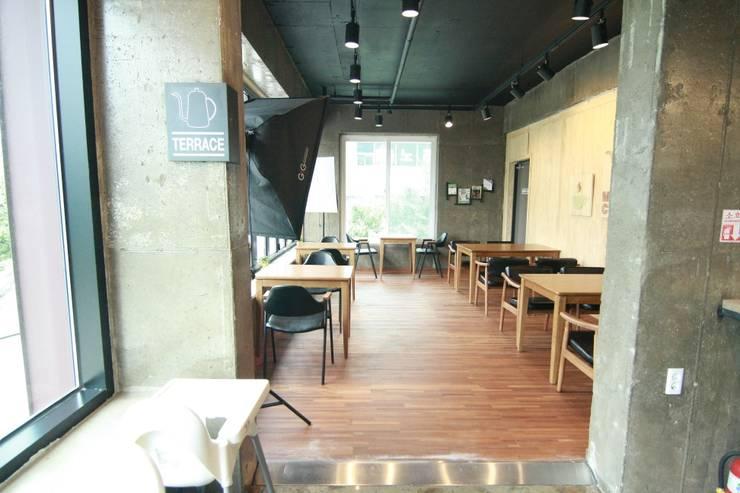 2층홀: 모노웍스의  바 & 카페,