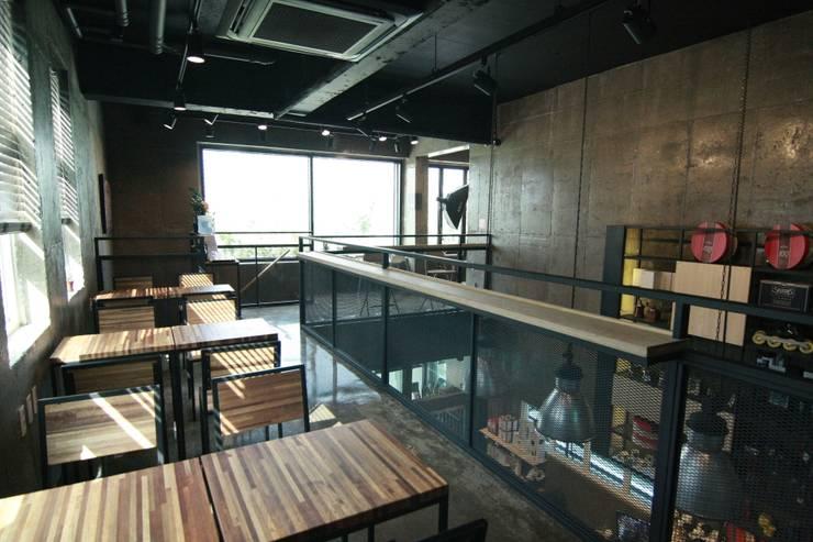 2층난간: 모노웍스의  바 & 카페,