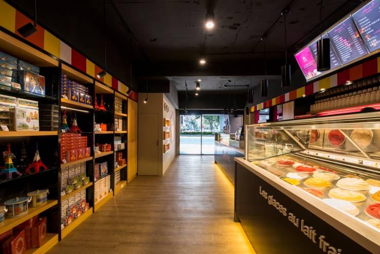 繽紛色彩穿插其中的泡芙專賣店,彷彿身處法式烘焙商店的氛圍,來一趟其妙的午后約會...:  商業空間 by 富亞室內裝修設計工程有限公司