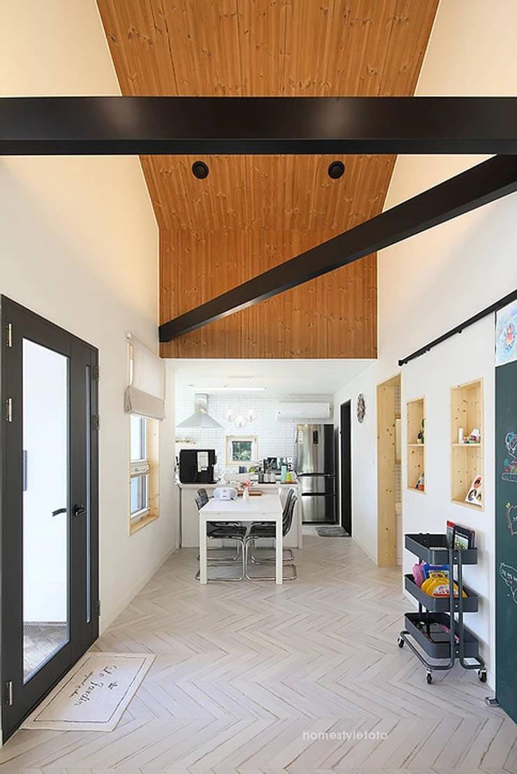 천장: 주택설계전문 디자인그룹 홈스타일토토의  복도 & 현관