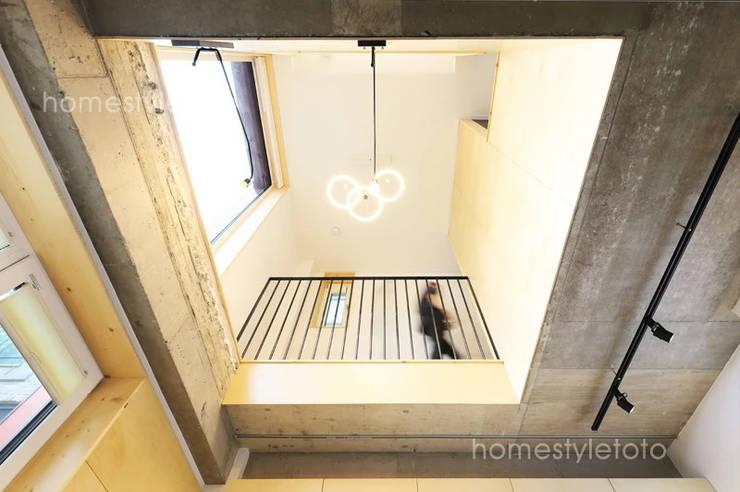 서울 동선동 상가주택: 주택설계전문 디자인그룹 홈스타일토토의  계단