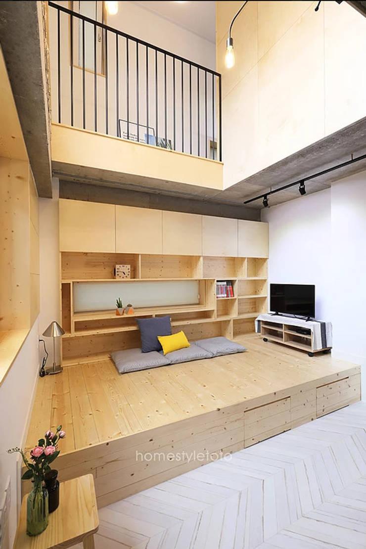 좌식응접실: 주택설계전문 디자인그룹 홈스타일토토의  거실