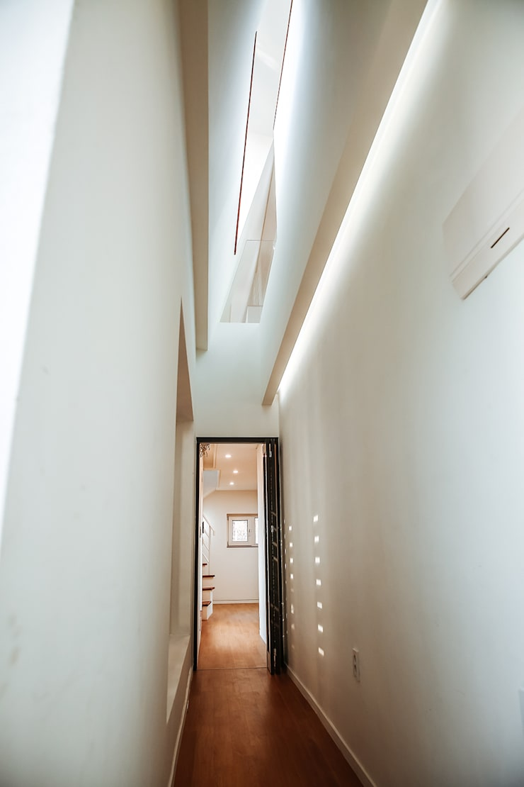 Modern Corridor, Hallway and Staircase by AAPA건축사사무소 Modern