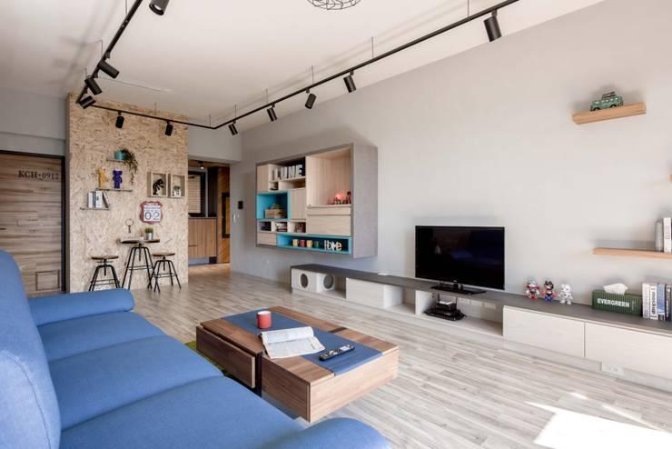 星願:  客廳 by 澄月室內設計