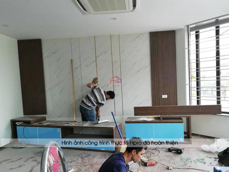 Thi công nội thất phòng khách nhà anh Phương ở Thanh Hóa:  Living room by Nội thất Hpro