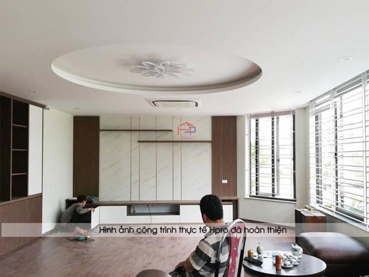 Thi công lắp đặt nội thất phòng khách nhà anh Phương ở thanh Hóa:  Living room by Nội thất Hpro