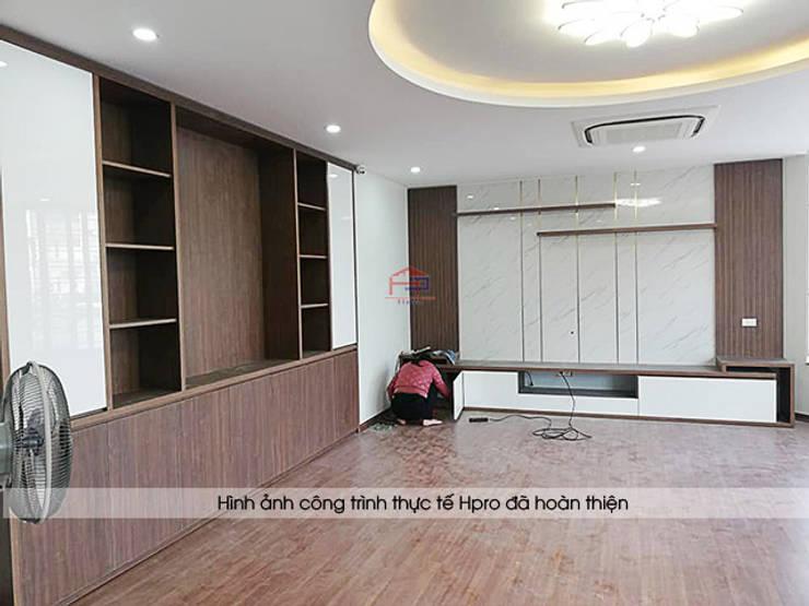 Ảnh thực tế nội thất phòng khách gỗ công nghiệp An Cường nhà anh Phương ở Thanh Hóa:  Living room by Nội thất Hpro