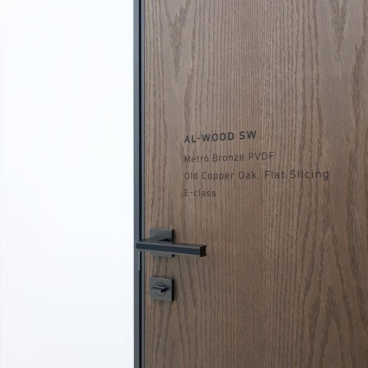 AL-WOOD SW / E-class 핸들: WITHJIS(위드지스)의  전시장,