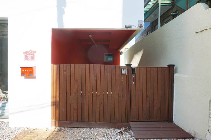 대문 및 주차장: 건축그룹 [tam]의  주택,