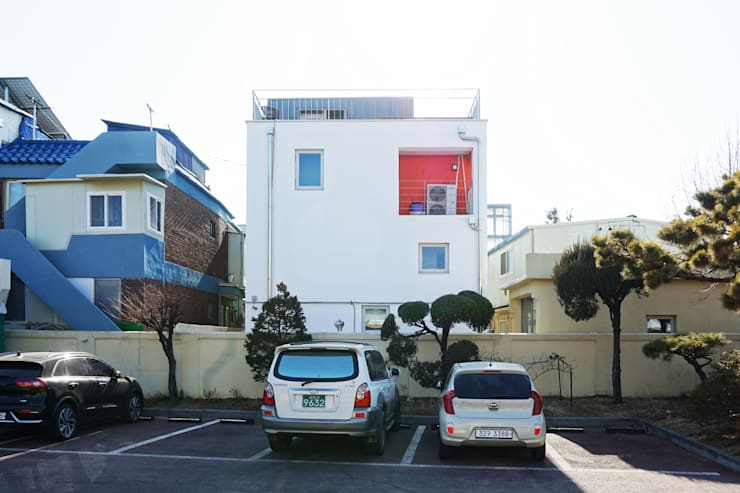 후면: 건축그룹 [tam]의  소형 주택,