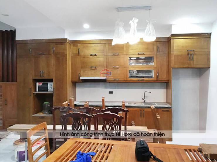 Ảnh thực tế tủ bếp gỗ sồi mỹ nhà chú Lấu ở Triều Khúc:  Kitchen by Nội thất Hpro