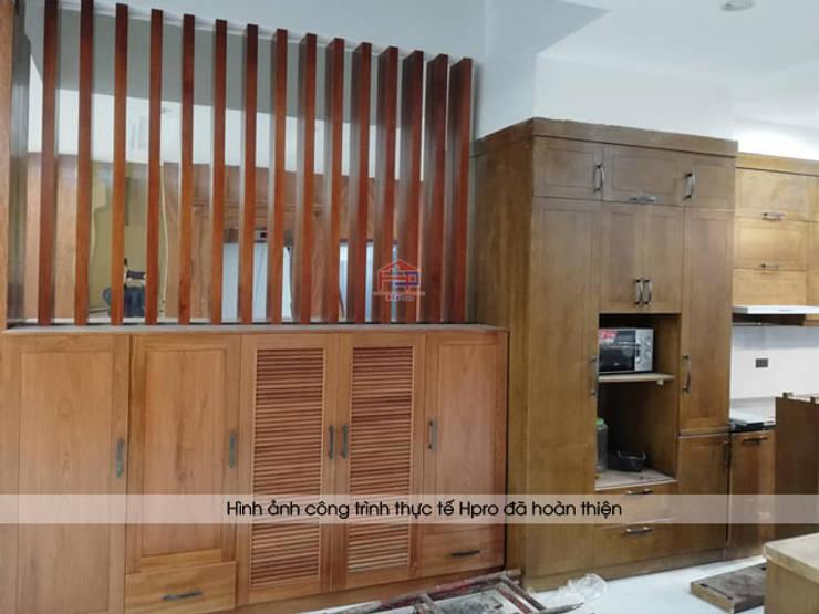 Lắp đặt tủ bếp gỗ sồi mỹ màu hạt giẻ nhà chú Lấu ở Triều Khúc:  Kitchen by Nội thất Hpro