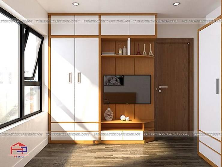 Ảnh thiết kế 3D tủ quần áo kèm kệ tivi trong phòng ngủ master nhà anh Mai ở Việt Trì:  Bedroom by Nội thất Hpro